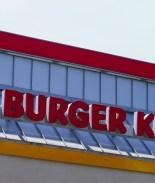 VIDEO: Empleados de Burger King revientan los vidrios tras broma telefónica
