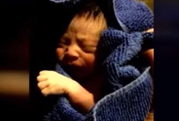 FOTO: Abandonan en la calle a recién nacido envuelto en bolsas