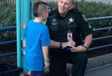 Niño pide autógrafo a policía en Disney