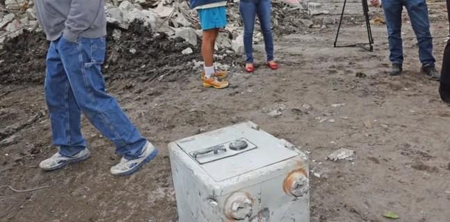 Encuentran otra caja fuerte en antigua casa de Pablo Escobar en Miami