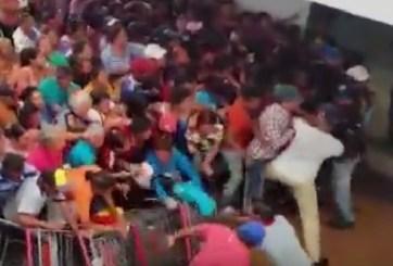 VIDEOS: Peleas campales para conseguir comida en Venezuela