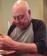 Cientos se reúnen para comer una hamburguesa con abuelo triste