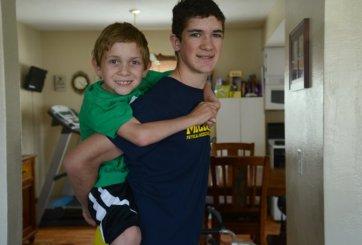 VIDEO: Por una buena causa joven carga a su hermano por 111 millas en su espalda