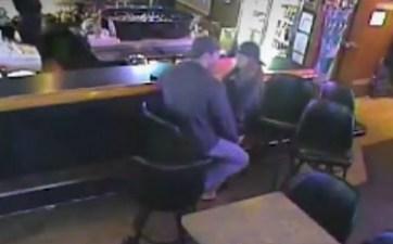 VIDEO: Enamorados se besan a pesar de asalto armado