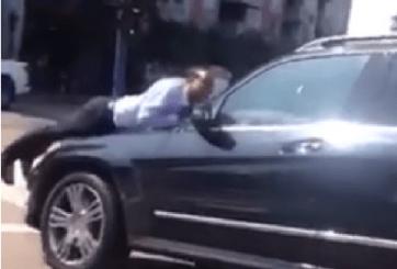 VIDEO: Mujer enojada maneja con su esposo arriba del cofre