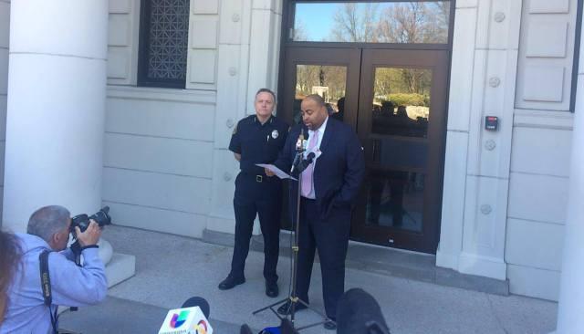 Foto: James Fitzpatrick, Jefe de la Policía de Lawrence junto a Daniel Rivera, Alcalde Lawrence.