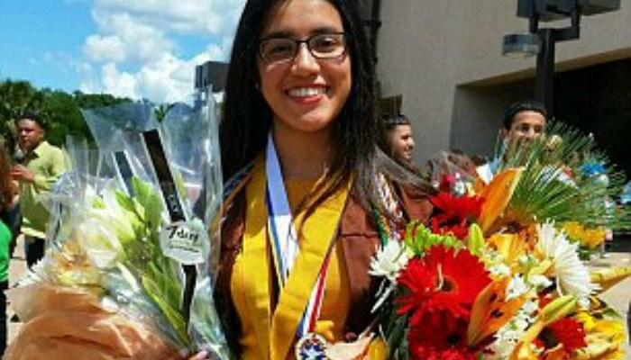 Hispana recién graduada presume logros académicos y algo más