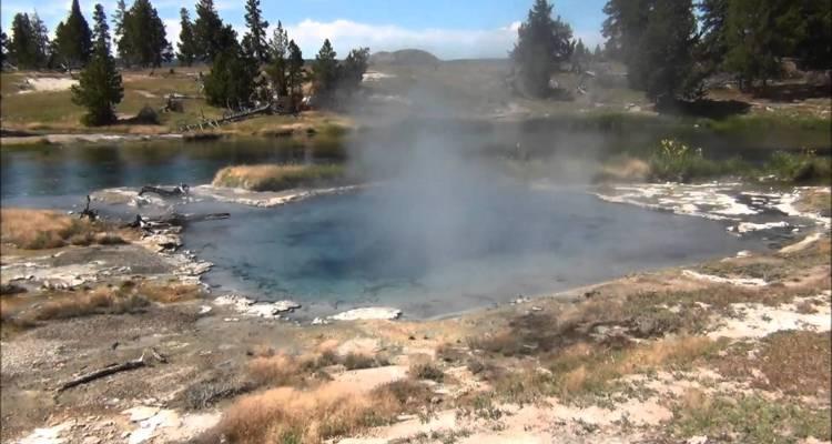Autoridades suspenden búsqueda de hombre que cayó a géiser en Yellowstone
