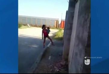 VIDEO: Madre golpea a su hijo en plena calle de Nuevo Laredo