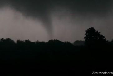 VIDEOS: Más de 15 tornados golpearon Illinois en pocas horas