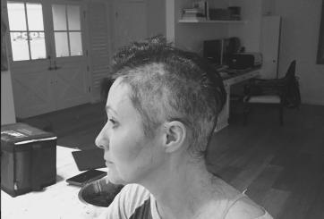 Actriz publica imágenes de ella al raparse la cabeza por el cáncer