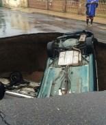 Fotos: La tierra se 'traga' dos vehículos tras lluvias en Nuevo Laredo