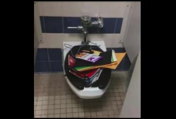 Acosadores escolares tiran la maleta de otro estudiante en el inodoro