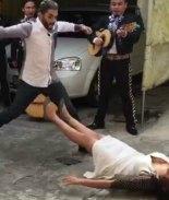 VIDEO: Novia se desmaya al recibir anillo de compromiso