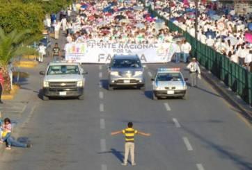 VIRAL: Niño encara sólo la marcha contra el matrimonio igualitario