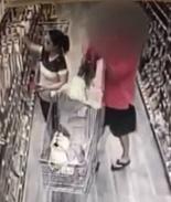VIDEO: Hombre intenta robarse un bebé de un carrito de supermercado