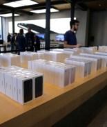 VIDEO: Llega a comprar un iPhone con una tina repleta de monedas