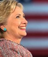VIDEO: Madre llora de emoción tras votar por primera vez por una mujer