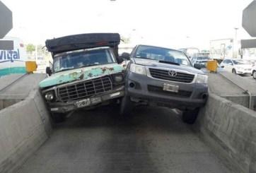 Así acabaron atascados dos conductores peleando en un peaje