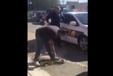 VIDEO: Lo multan por tapar bache frente a su casa en Baja California