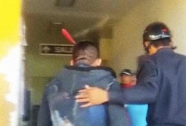 Taxista entra a hospital ¡con un enorme cuchillo en la cabeza!