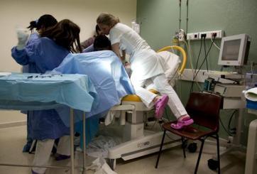 Inmigrante esposada durante parto llega a acuerdo con agencia de Arpaio