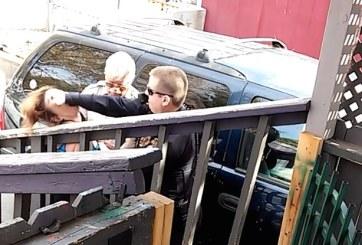 Investigan a policía grabado dándole un puñetazo a mujer en la cara
