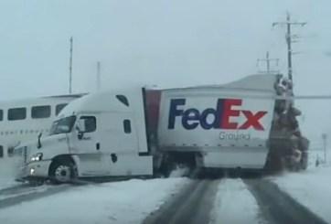 VIDEO: Tráiler de FedEx es destrozado por un tren