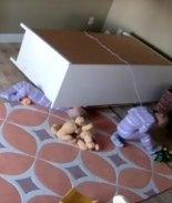VIDEO: Bebé rescata a su gemelo después de que les cayera un mueble