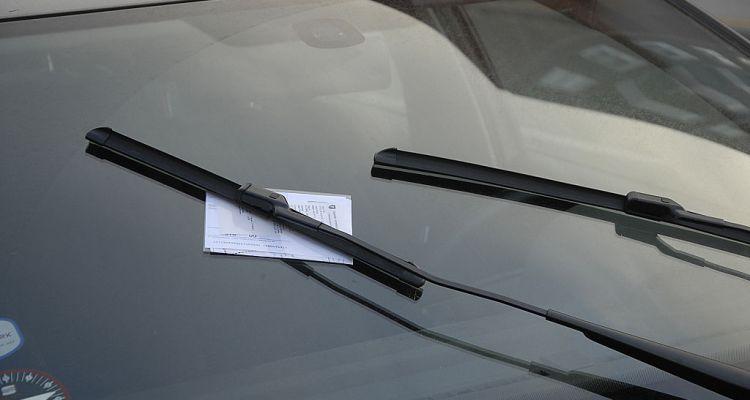 Reclama por multa que recibió por dejar el carro encendido en su casa