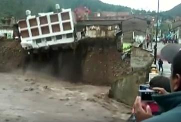 VIDEO: Hotel se derrumba sobre río por lluvias en Perú