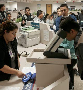 Aprueban ley para más oficinas DMV que emiten licencias a indocumentados