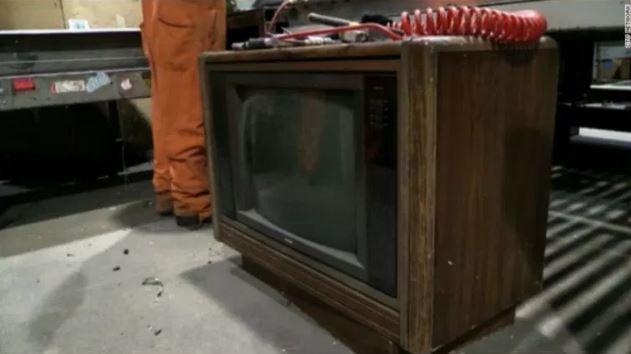 De basura a tesoro: hallan 100 mil dólares en un viejo televisor