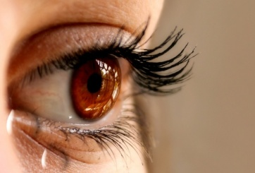 Paramédico es acusado de asesinar a su esposa con gotas para los ojos