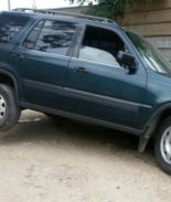 Recuperan auto robado al caer en un bache