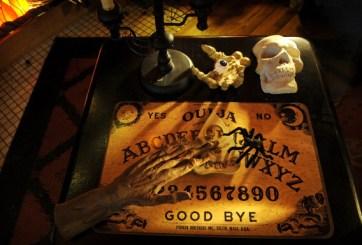 Maestra enseña a niños de preescolar con tablero de Ouija