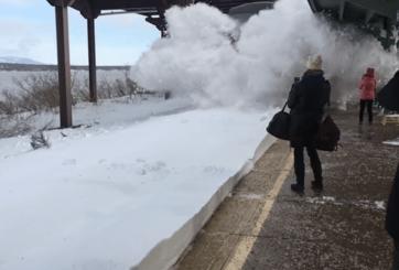 VIDEO: Un tren causa un impresionante tsunami de nieve en estación