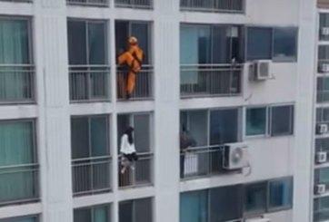 VIDEO: Rescatista patea a mujer para evitar que se suicide