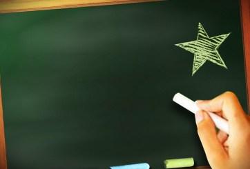 Acusan a maestra de tener sexo oral con estudiantes en el salón