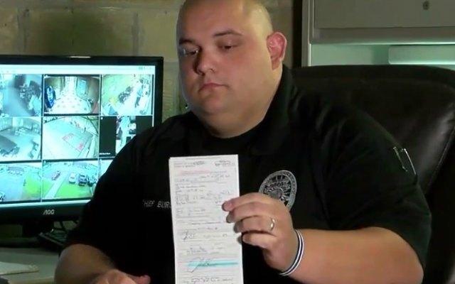 Policía se multa a sí mismo por exceso de velocidad