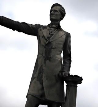 Polémica por retiro de estatua confederada de Jefferson Davis