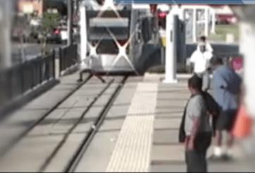 El descuido de un joven frente a un tren se hace viral