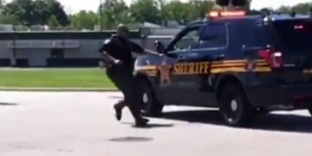 VIDEO: Policía persigue a su patrulla en parada de tráfico