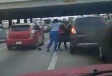 VIDEO: Por estar peleándose le roban el carro