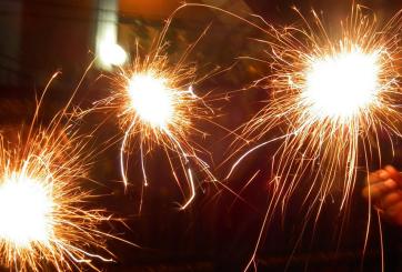 VIDEO: Estaba jugando con fuegos artificiales y quemó su propia casa