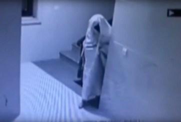 VIDEO: Ladrón se disfraza de fantasma para evadir cámaras de vigilancia