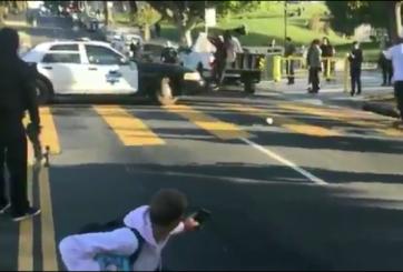 ¿Quién golpeó a quien? Patinador sale volando al chocar contra policía