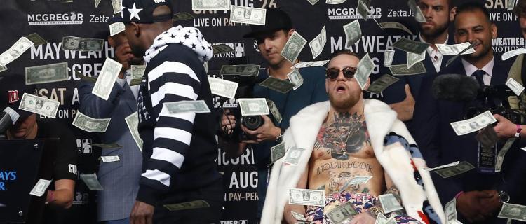 Mayweather lanza billetazos e insultos a McGregor
