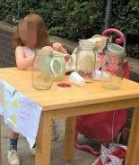Multan a niñita británica por vender limonada