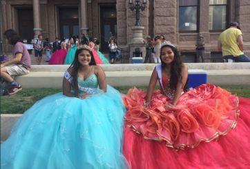 Quinceañeras festejan protestando por ley antiinmigrante en Texas